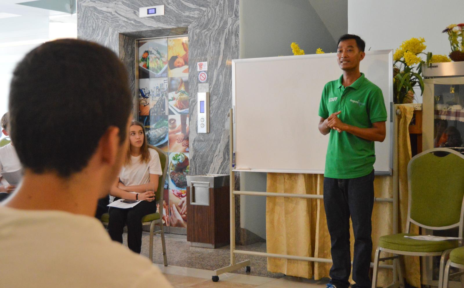 Voluntarios en Camboya reciben un curso de introducción al país y al idioma local.